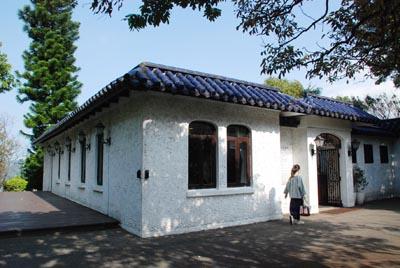 故居外观是典型的中国四合院架构。后方的南洋彬由当年林语堂亲自栽种,如今茁壮茂盛。