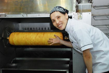 东口智子精通各类蛋糕烘焙。图为制作年轮蛋糕(Baumkuchen)的烘焙机器;年轮蛋糕源自德国,在日本广受欢迎,本地较为罕见。