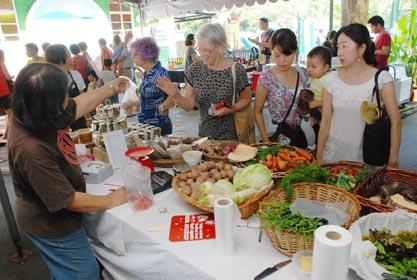 罗文园农夫市集有售卖尼泊尔有机蔬果,吸引各国籍人士前来光顾。