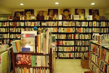 书架上方摆设东西方文学家的肖像,成了爱书人必欣赏的文学风景。