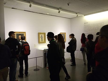 展览厅内人头攒动,有些拥挤。
