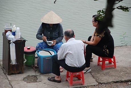 在越南顺化的河岸享用一碗自制豆花,别具滋味。