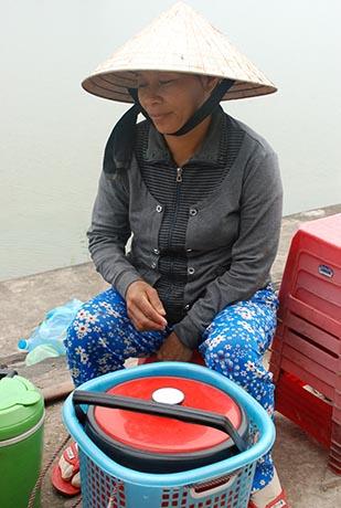 卖豆花的越南妇女虽腼腆却蕴藏坚韧的性格。