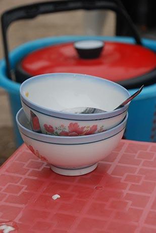 越南妇女使用彩绘瓷碗盛豆花,格外讲究。