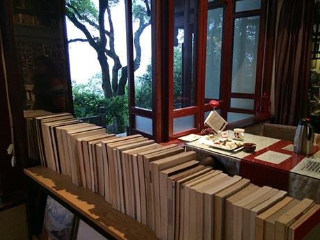 书与树相映,让纯真年代优雅起来。
