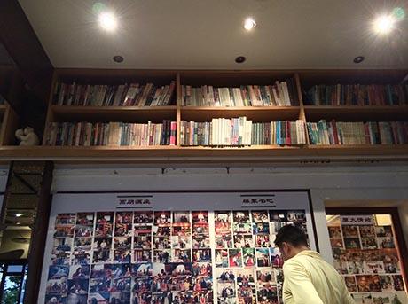 书吧藏书丰富,同时张贴不少文人前来做客的照片。