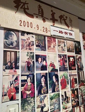 风韵犹存的朱锦绣是个爱照相的人,一系列的照片见证了她一路的坚持。