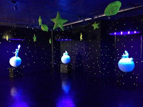 《黑暗中的小王子》展览布置星光熠熠,似梦似幻。