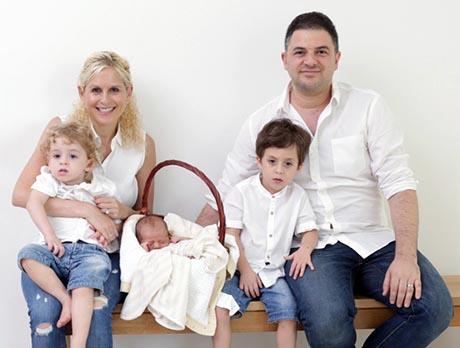 特里有个幸福美满的家庭,刚诞生的小儿子还是金禧年宝宝。(受访者提供)