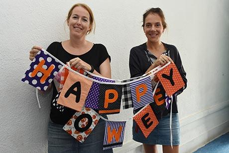 彩旗是荷兰人生活中不可或缺的装饰品,玛丽卡(右)和玛露克将这个传统带入新加坡。