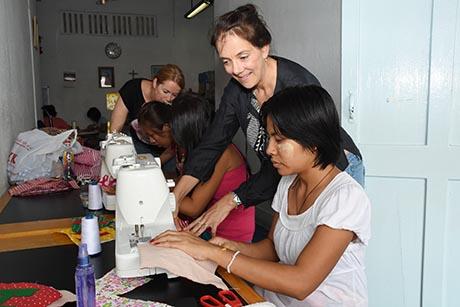 玛丽卡(右)和玛露克每周会到庇护所教导女佣们缝纫彩旗。